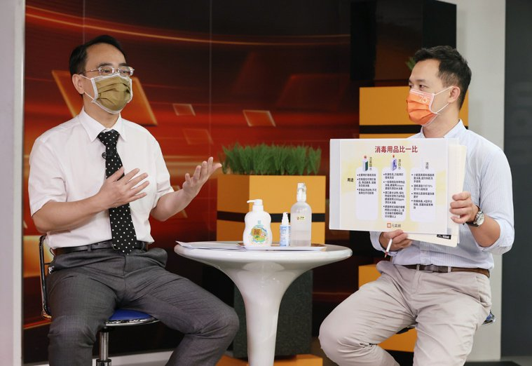 腎臟科名醫顏宗海(左)與主持人蔣宗裕(右)討論分享遠離生活毒害方法。記者曾原信/...
