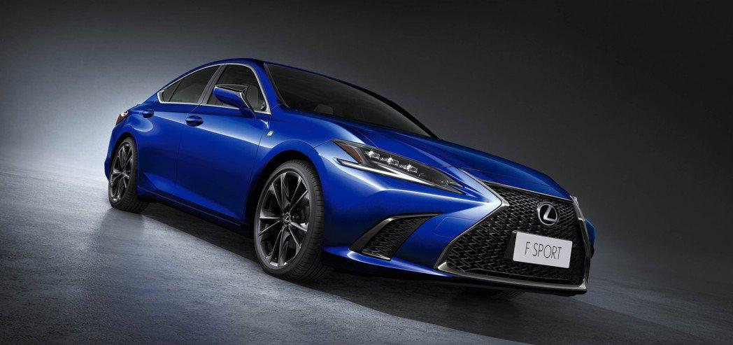 針對F SPORT車型則升級為19吋燻黑鋁圈,讓ES搖身一變成為跑格十足的運動型...