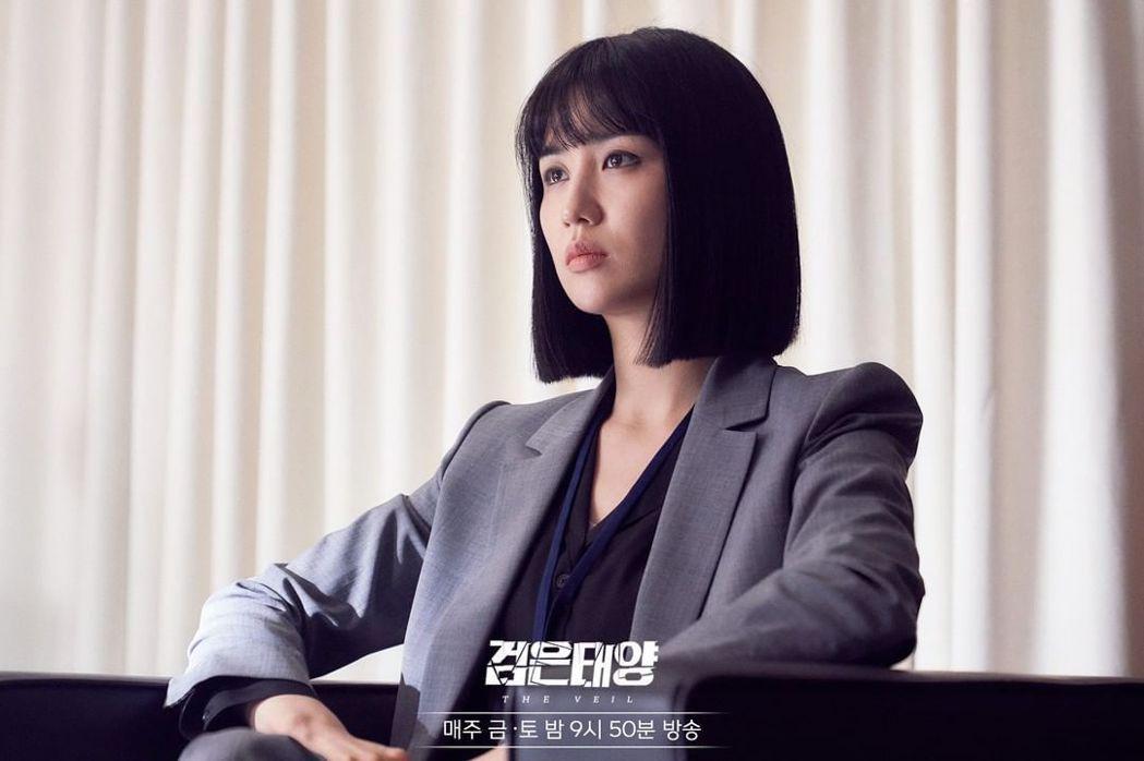 朴河宣在《黑色太陽》中飾演情報中心組長「徐秀妍」。圖/擷自「MBC DRAMA」