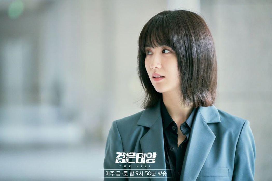 朴河宣在《黑色太陽》中飾演情報中心組長「徐秀妍」。圖/擷自>「MBC DRAMA...
