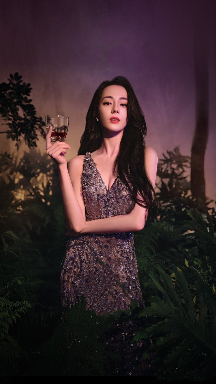 迪麗熱巴身穿水晶點綴的禮服,美暈網友留言上百萬則。圖/取自微博