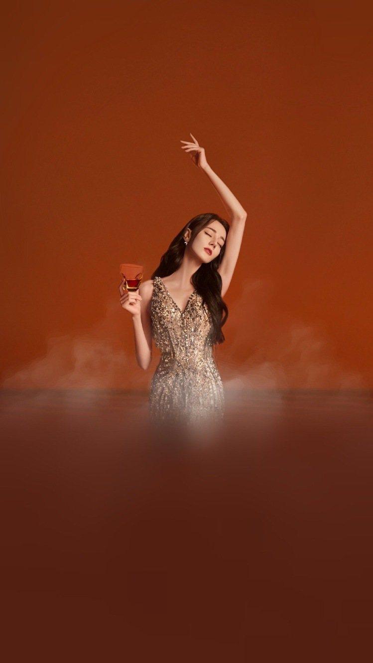 迪麗熱巴在代言的形象照片中,展現「聞腋超模」的定番拍照姿勢。圖/取自微博