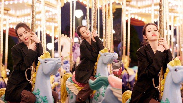 迪麗熱巴常常有俏皮的拍照姿勢,也不介意蹲著拍照,是網友心中親切的傻白甜女神。圖/...