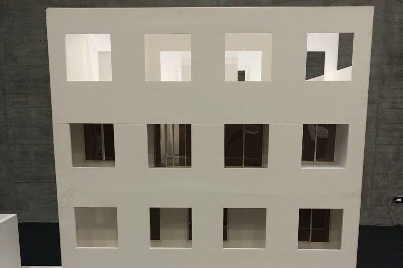 建築系畢業生陳蔓萱從租屋經驗遍嘗房東因隔間產生的種種怪象創造出作品,在「大評圖」展出。記者何定照/攝影