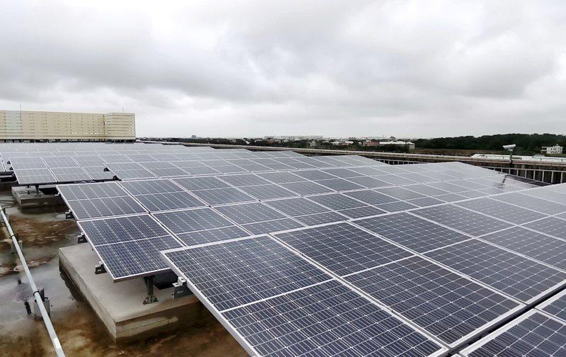 截至今年9月底止,台灣太陽能裝置總量僅達6.9GW,換算今年只新增1.2GW,和經濟部原訂要達到8.5GW,仍有很大落差。圖為桃園捷運青埔機廠太陽能光電系統。圖/聯合報系資料照片