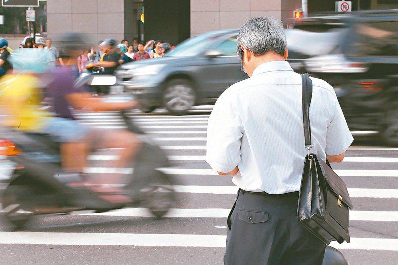 勞工請領老年年金時,投保年資以介於25年-34年間最多。圖/聯合報系資料照片