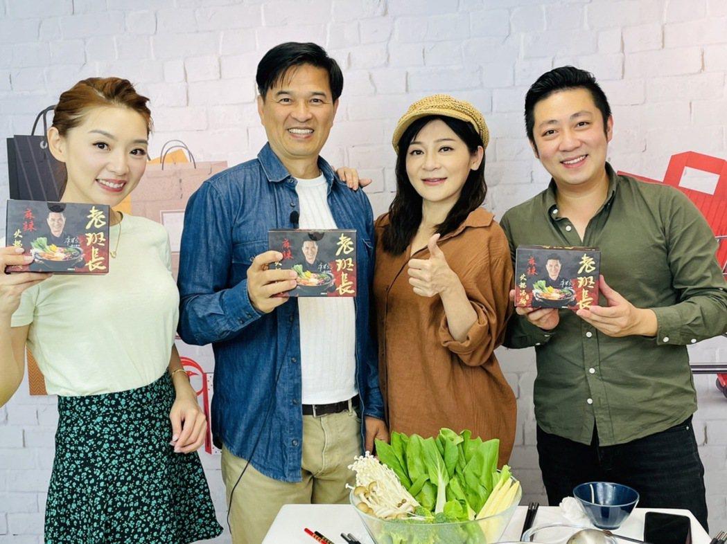 李興文(左二)到鳳凰直播「艾吃鬼」宣傳自家代言的麻辣湯麵,王彩樺開心亂入直播。圖