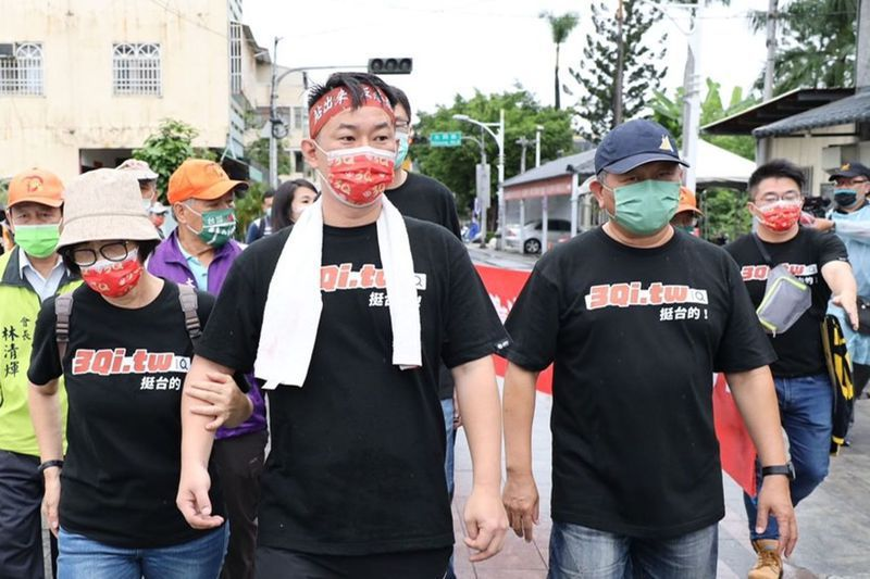 台灣基進立委陳柏惟(中)展開選區徒步苦行,媽媽(左)陪走一段路。圖/陳柏惟提供