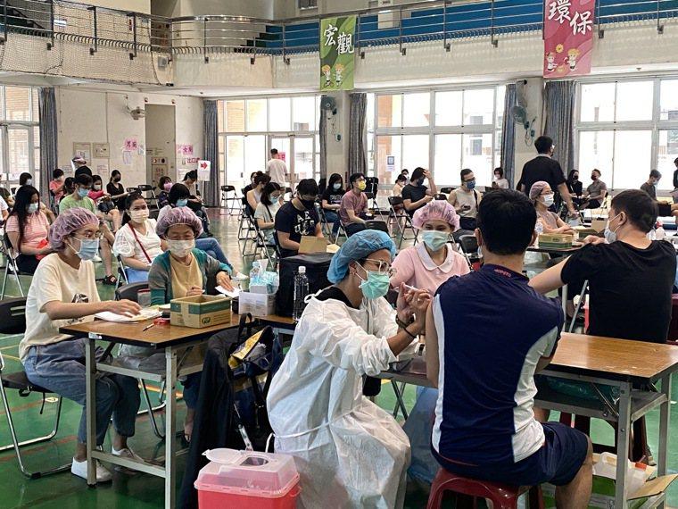 台中市衛生局說明,台中第11期疫苗施打採分診分流,加開40處快打站打BNT疫苗。...