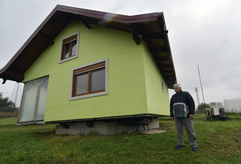 波士尼亞發明家庫希奇受不了太太的抱怨,設計與建造一棟「旋轉屋」,試圖藉此滿足她之前提出房子窗外景色能夠更多樣化的願望。美聯社