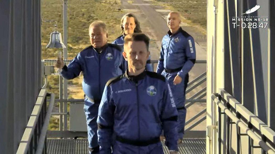 90歲的演員夏特納(左)刷新紀錄,成為上太空的最年長人類。(法新社)