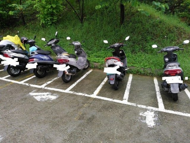 一名網友認為機車停車時,即使是有格子的停車場,有些人立側柱仍然會影響到隔壁的車主,因此想問問,「停車不立中柱的人是不是很缺德?」。圖/PTT