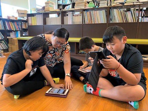 搭配學校每周2節的閱讀課,挑選1-2篇文章,引導孩子討論及閱讀,再圖書館中搭配閱...