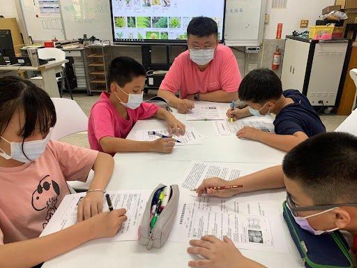 針對學生提出的生難字詞進行解釋,在理解文意後,學生便能自己動手解決問題! 圖/樹...