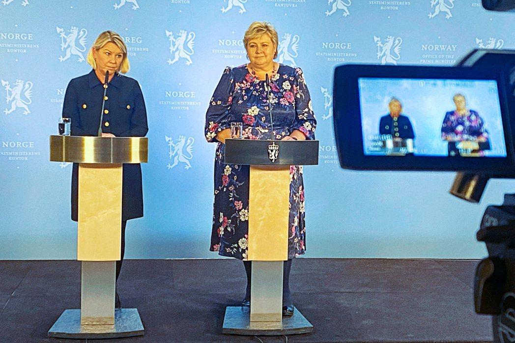 右翼保守派領袖瑟爾貝克(Erna Solberg,右)和司法部長在攻擊事件後召開...