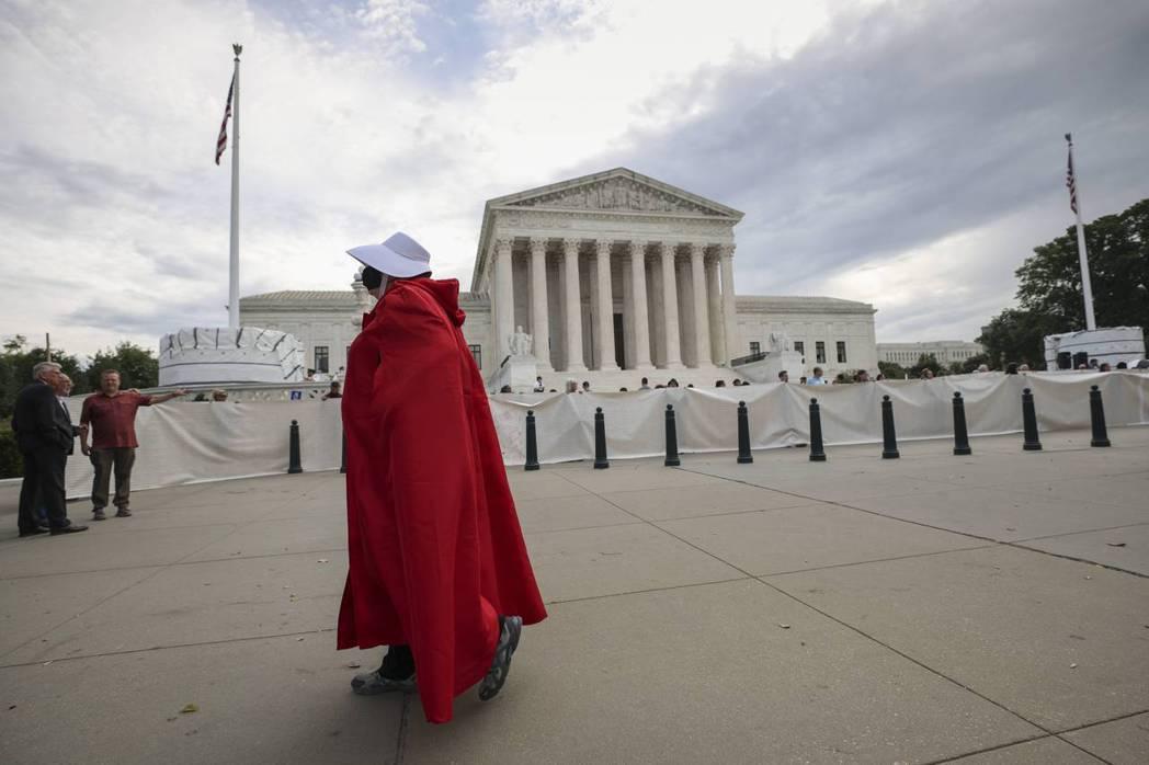一位選擇派(Pro-choice)人士在美國最高聯邦法院前裝扮成《使女的故事》(The Handmaid's Tale)的角色。 圖/法新社