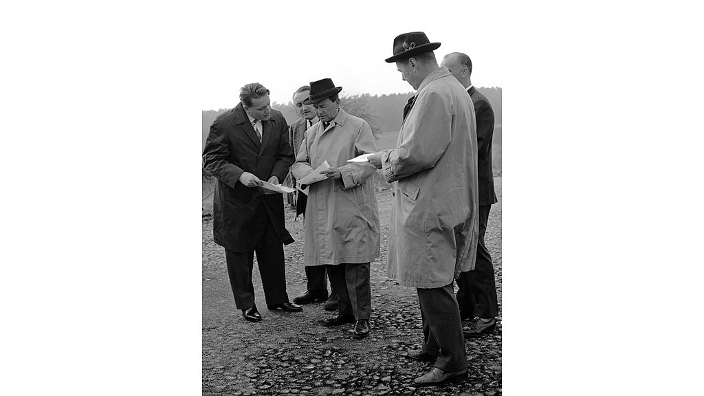 Ferry Porsche(中)與測試工程師 Helmuth Bott(左)。 ...