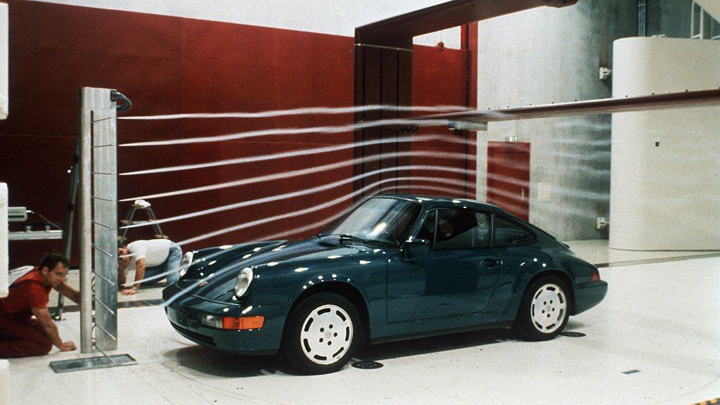 1986年5月保時捷啟用了當時世界上最先進的測試用風洞,照片中車款為911 Ca...