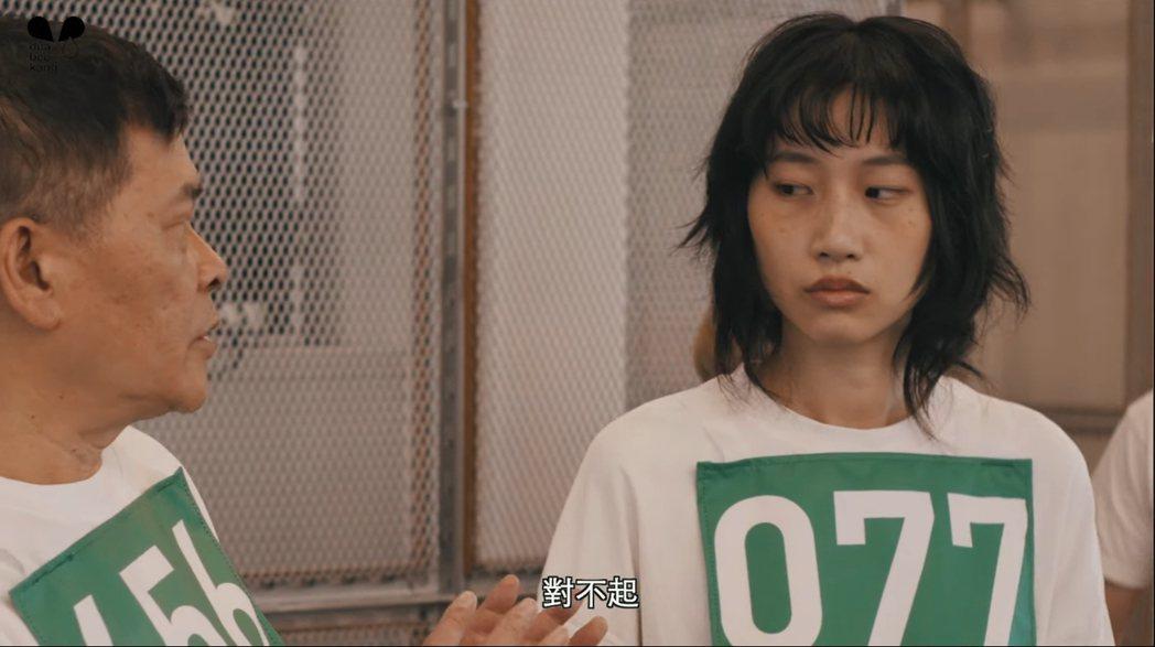 這名女模特兒與姜曉相似度超高。 圖/擷自Youtube