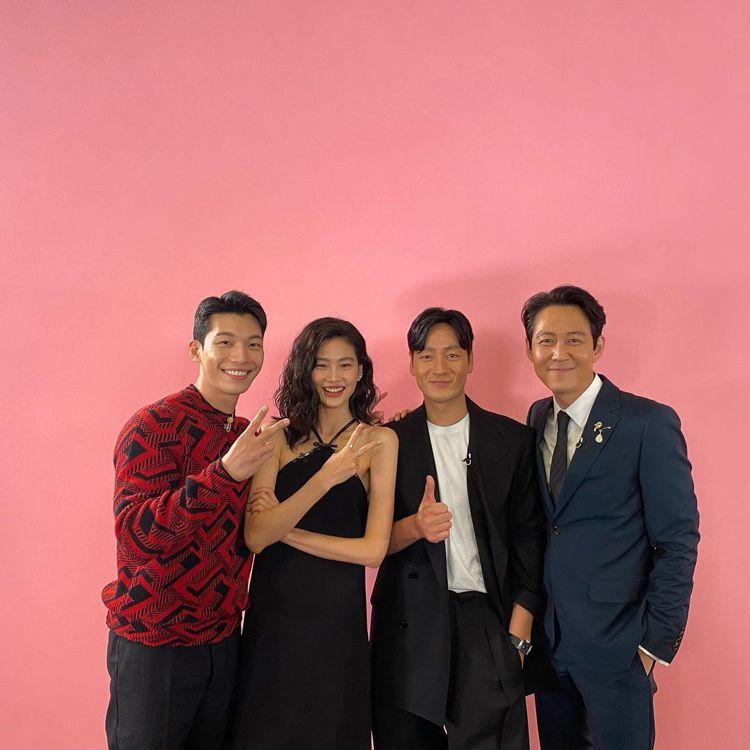 男星李政宰(右一)和朴海秀(右二)以及鄭浩妍(左二)、魏河俊接受Jimmy Fa...