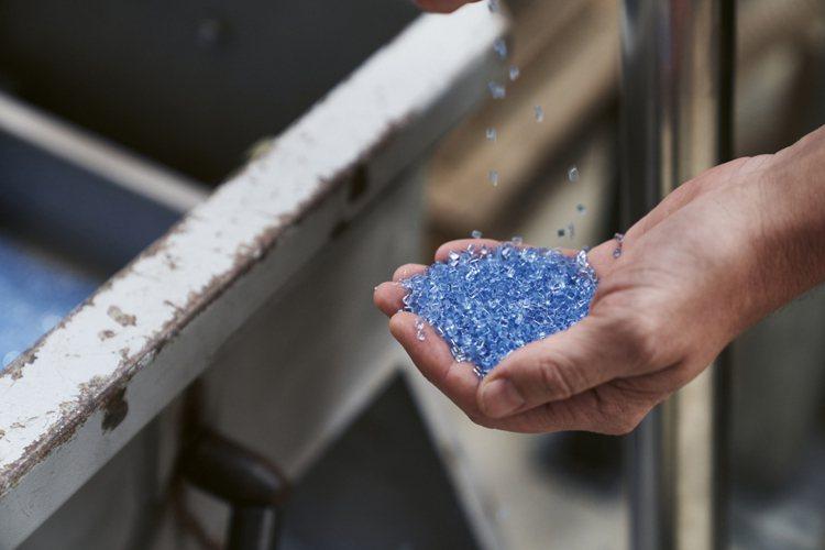 根據國家地理雜誌報導,海洋中有5.25萬億個塑料碎片,其中的26.9萬噸漂浮在海...