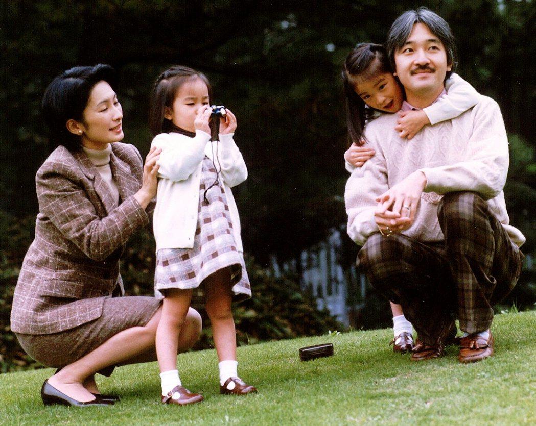 圖為1998年,宮內廳公佈的秋篠宮家全家福,由左至右分別為王妃紀子、佳子公主、真...