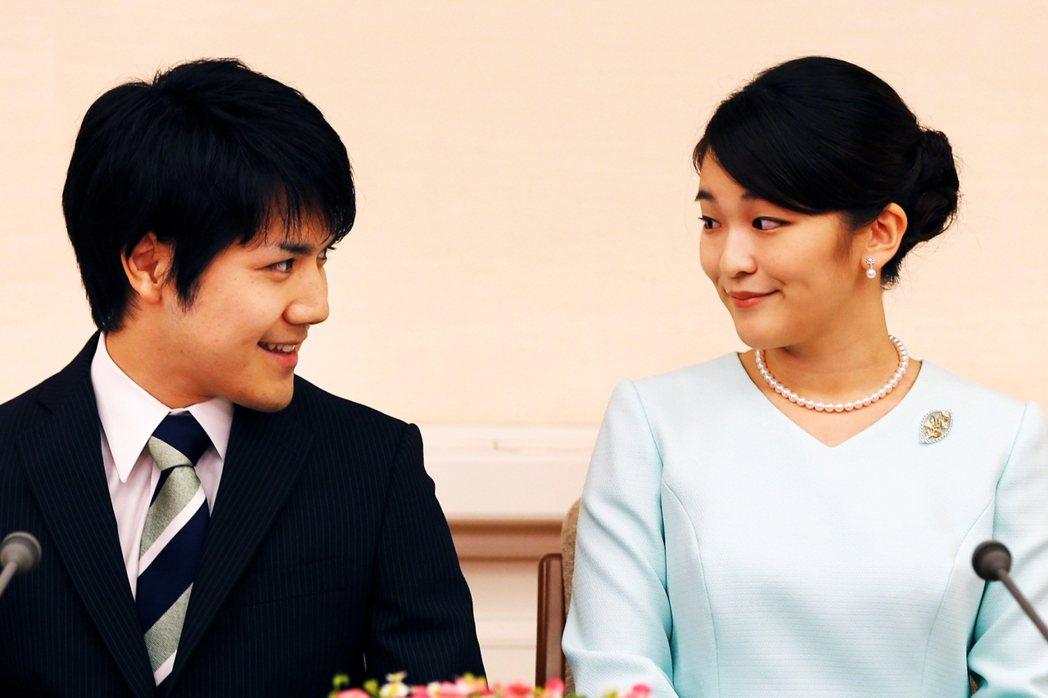 圖為2017年9月3日宣布婚訊的真子公主(右)與小室圭(左),但自此之後一連串的...