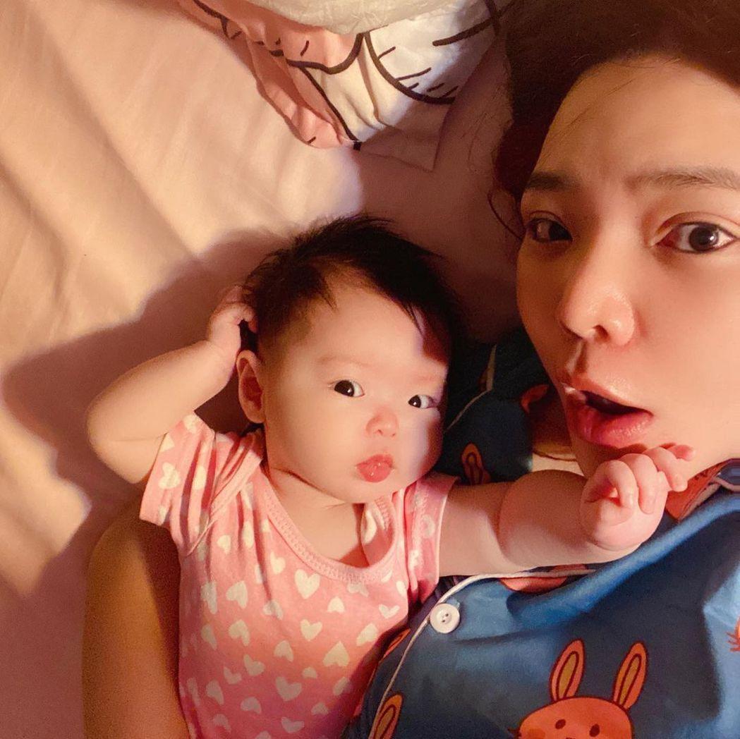 小甜甜與女兒米苔目。圖/擷自IG