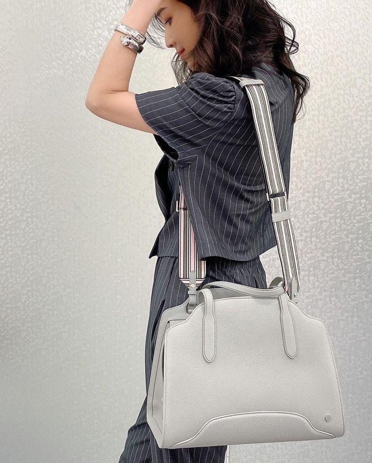 侯佩岑側身表現Loro Piana標誌彩色帆布條紋背帶Suitcase Stri...