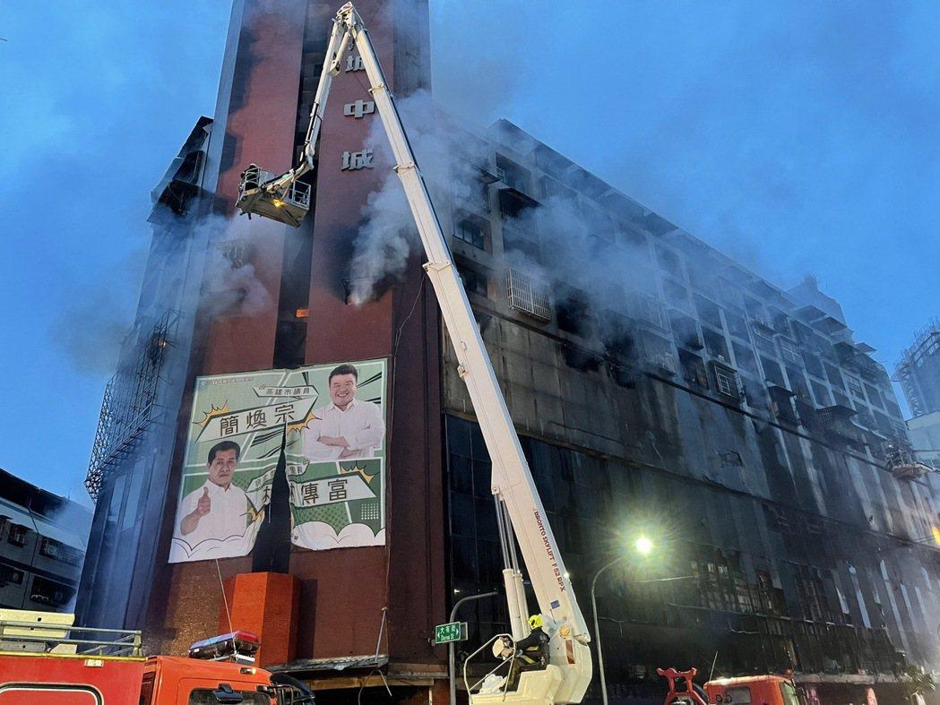 高市鹽埕區府北路城中城社區今晨發生大火。 記者劉學聖/攝影