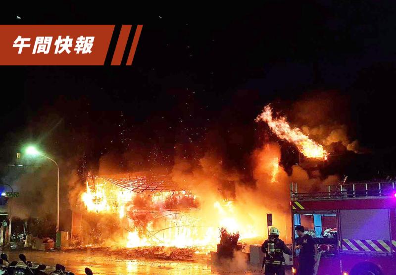 高雄鹽埕區「城中城」大樓凌晨2點多失火,一度全面燃燒。記者劉學聖/攝影