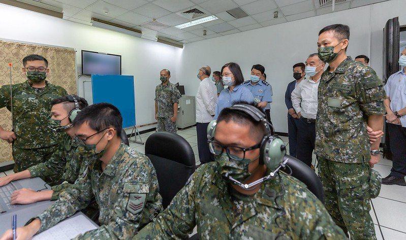 美國國防部官員十二日表示,對共軍侵台不設時間表,持續強化台灣的自我防衛能力。圖為蔡英文總統日前赴艦隊指揮部,視導海鋒大隊機動二中隊飛彈吊掛演練。圖/總統府提供