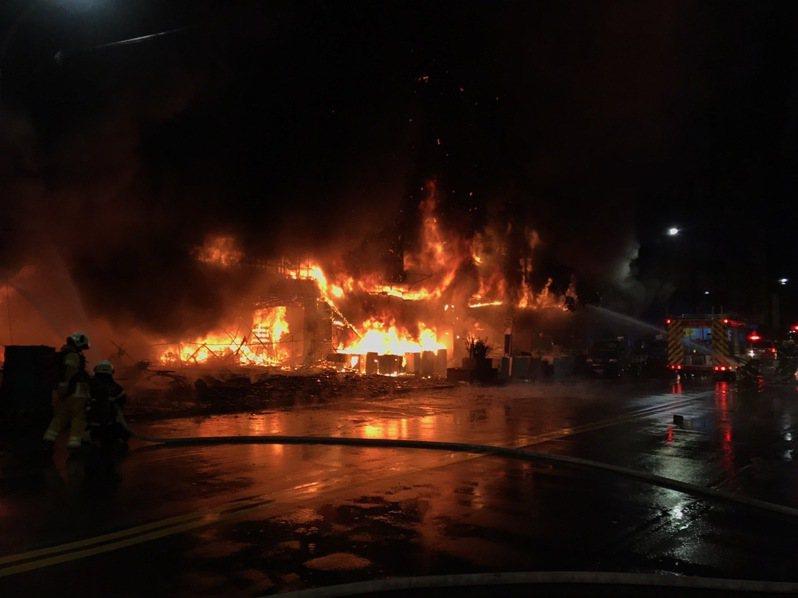 高雄市鹽埕區一棟12層樓大樓凌晨發生火警,消防人員到場搶救中。記者陳玫伶/翻攝