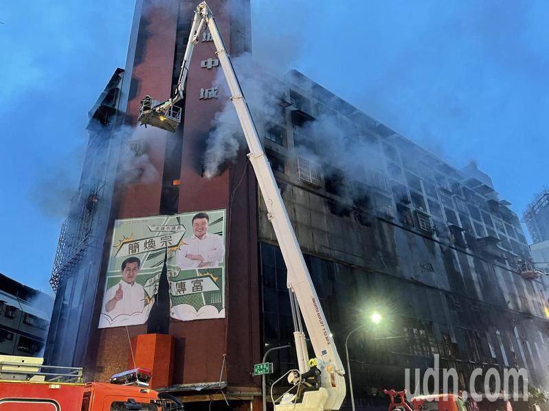 高雄市鹽埕區「城中城」大樓今天凌晨2點多失火,火舌從1樓往上竄燒。記者劉學聖/攝影