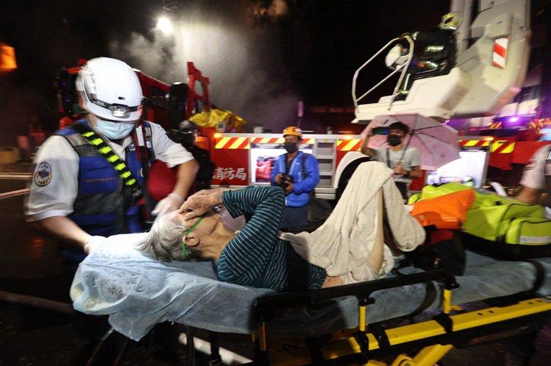高雄鹽埕區「城中城」大樓凌晨2點多失火,延燒近4小時,目前已有20人被救出送醫。記者劉學聖/攝影
