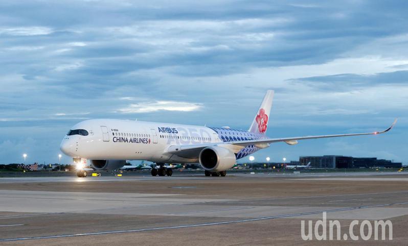 由民間採購的第八批BNT疫苗清晨由華航CI-62班機運抵桃園機場。記者鄭超文/攝影