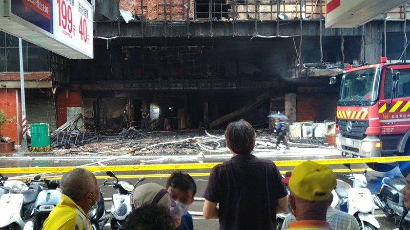 高雄城中城火警,初勘起火點在一樓。記者林保光/攝影
