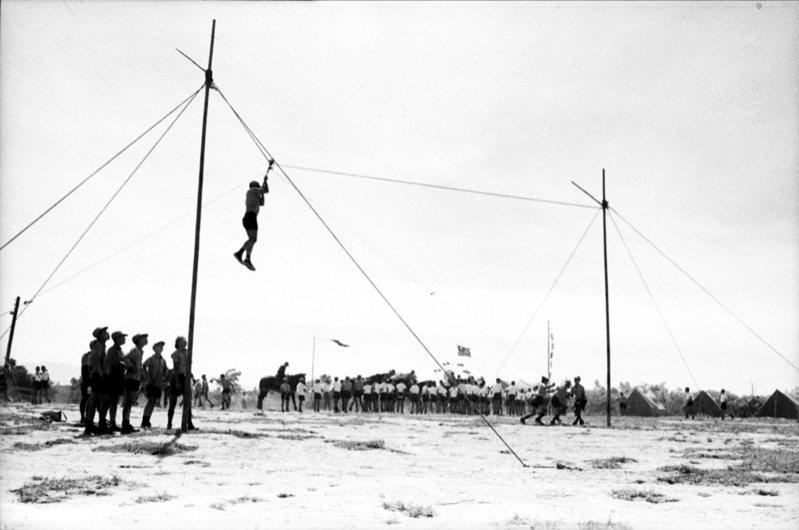 中國童子軍第四次全國大露營活動,眾人排隊玩高空繩索滑降。圖/聯合報系資料照片