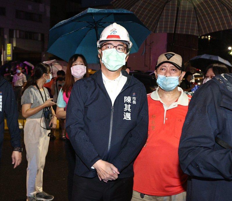 高雄市長陳其邁今天清晨5點多趕到現場坐鎮救災,表示市府獲報後就啟動大量傷患救治,多家醫療團隊都啟動,全力救人,要將傷害降到最低。記者劉學聖/攝影