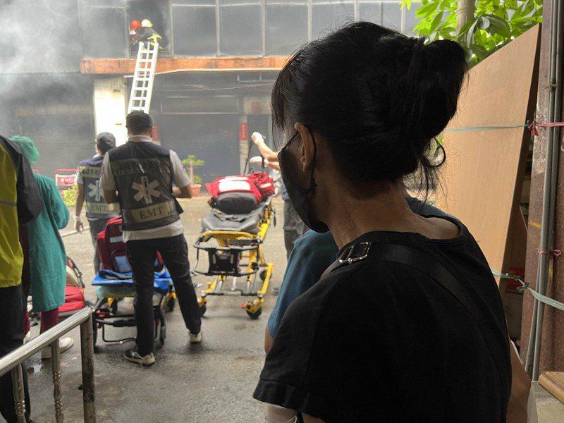 郭姓婦人著急在現場等候好消息。記者張議晨/攝影