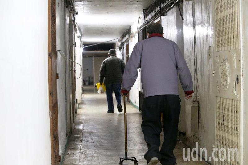 穿過幽暗的通道走進這棟位於高雄鹽埕區的老舊大樓,裏頭住著許多毫無經濟能力的老人,天冷無人關心,他們的處境也令人堪慮。記者劉學聖/攝影