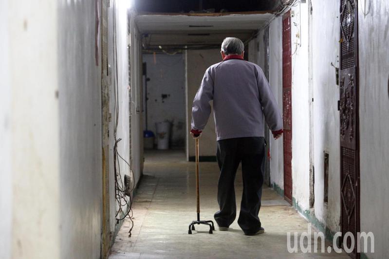 高雄鹽埕區府北路「城中城」大樓,裡頭住著許多毫無經濟能力的老人,處境也令人堪慮。記者劉學聖/攝影