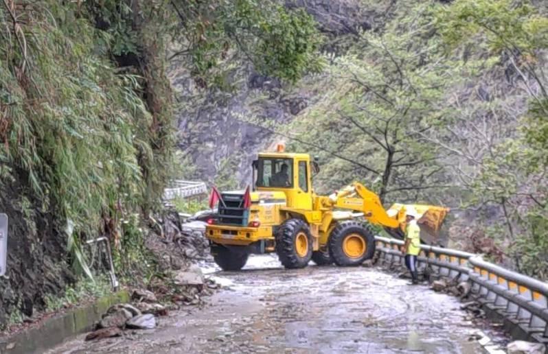 台東雨勢不斷,省道台20線南橫公路多處邊坡落石坍方,交通受阻,公路單位全面搶修。圖/關山警分局提供