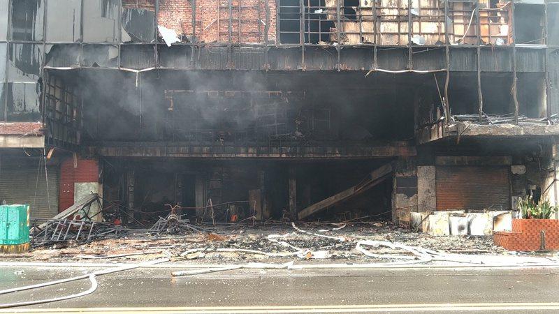 高雄城中城火警,疑由入口左側茶具行爆炸。記者林保光/攝影