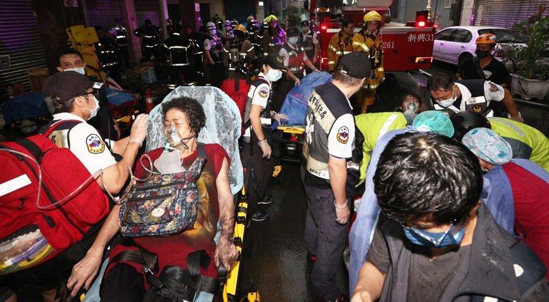高雄鹽埕區「城中城」大樓凌晨2點多失火,目前已有33人被救出送醫,4人無生命跡象。記者劉學聖/攝影