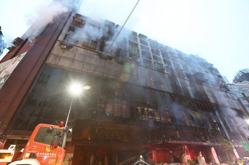 高雄市城大城大樓火警,已搜出8人無生命跡象,送醫搶救中。記者劉學聖/攝影