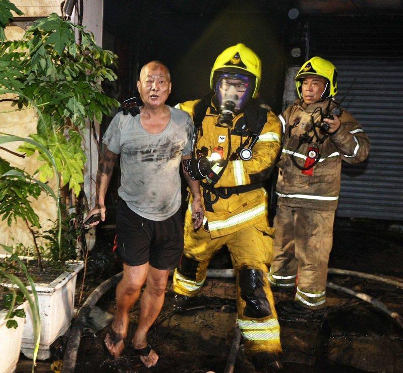高雄鹽埕區「城中城」大樓凌晨2點多失火,目前已有55人被救出送醫,14人無生命跡象。記者劉學聖/攝影