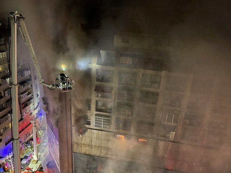 高雄市鹽埕區府北路城中城大樓今天凌晨2點多發生大火,火勢從1樓往上延燒,截至今天上午10點半左右,已有已41送醫8命危。記者劉學聖/攝影