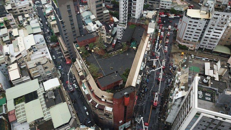城中城大樓6至12樓約有120戶,因7至9樓為火勢最嚴重樓層,為盡早救出生還者,目前採取由上往下逐層逐戶搜索。記者劉學聖/攝影