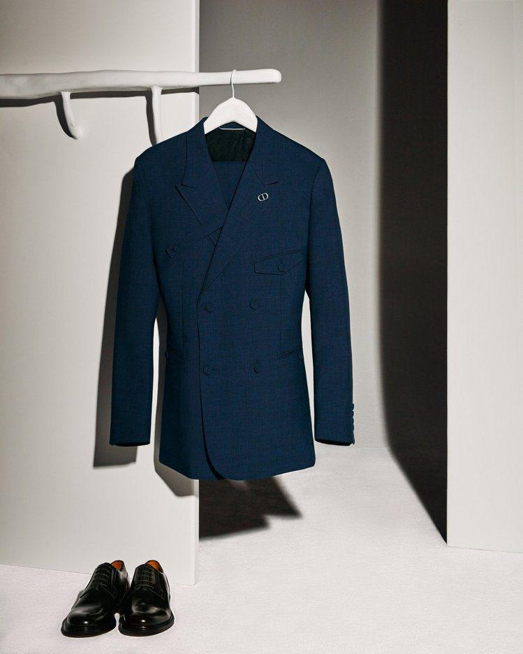 創意總監Kim Jones不斷革新西裝剪裁,提供現代時尚男性更多選擇。圖/DIO...
